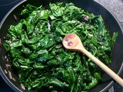 Spinat zusammenfallen lassen, Wasser abschütten