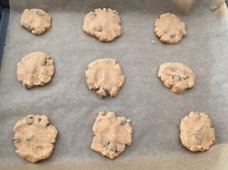 Aus dem Teig Kekse formen