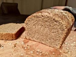 Brot noch warm aus der Form lösen