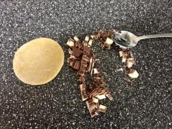 Kinderschokolade sehr fein schneiden