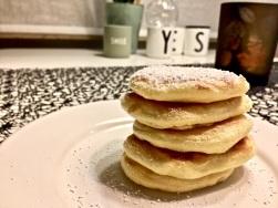 Pancakes schichten und servieren
