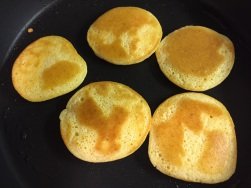 Pancakes wenden und goldbraun anbraten