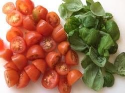 Tomaten und Basilikum vorbereiten
