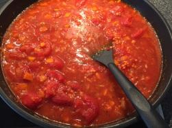 Brühe, Tomaten und Linsen hinzufügen