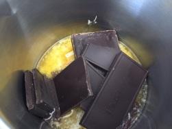 Butter mit der Schoki schmelzen
