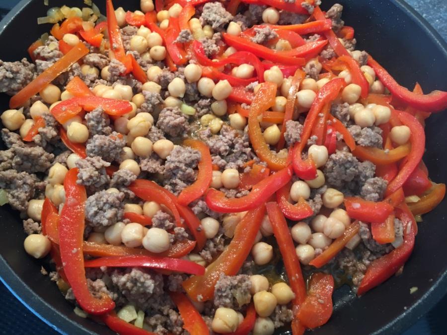 Kichererbsen, Gemüsebrühe, Tomatenmark unterrühren. 10 Minuten köcheln lassen