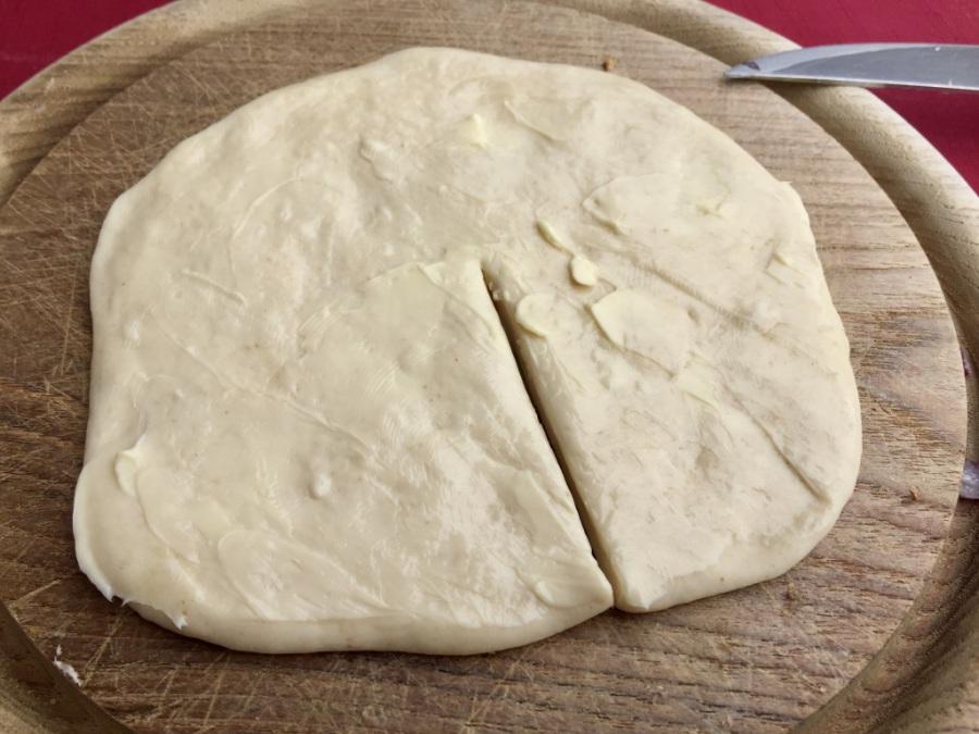 Ausrollen, mit Butter bestreichen und einschneiden