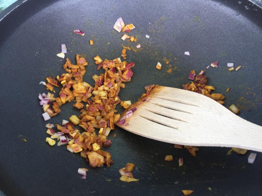 Zwiebeln, Knoblauch und Curry anrösten