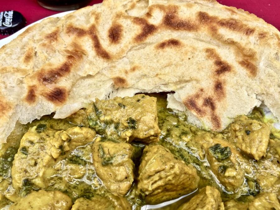 Curry mit Roti servieren