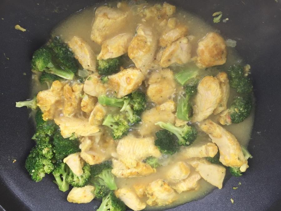 Fleisch in die Pfanne geben und garen, bis die Brühe sämig und der Brokkoli bissfest ist
