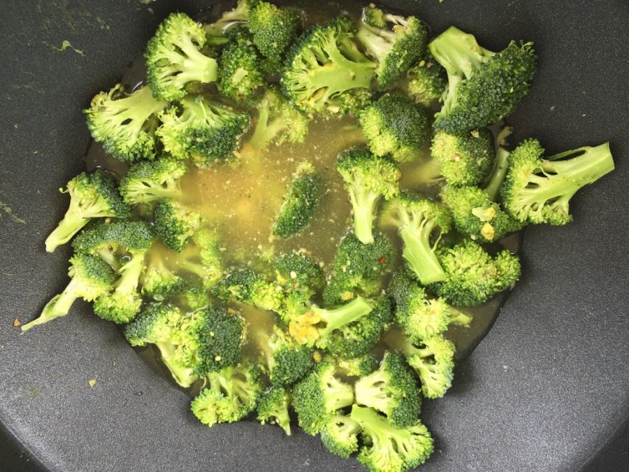 Klein geschnittenen Brokkoli in Gemüsebrühe und Zitronensaft garen
