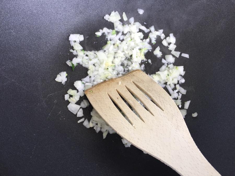 Zwiebel und Knoblauch klein schneiden und anschwitzen