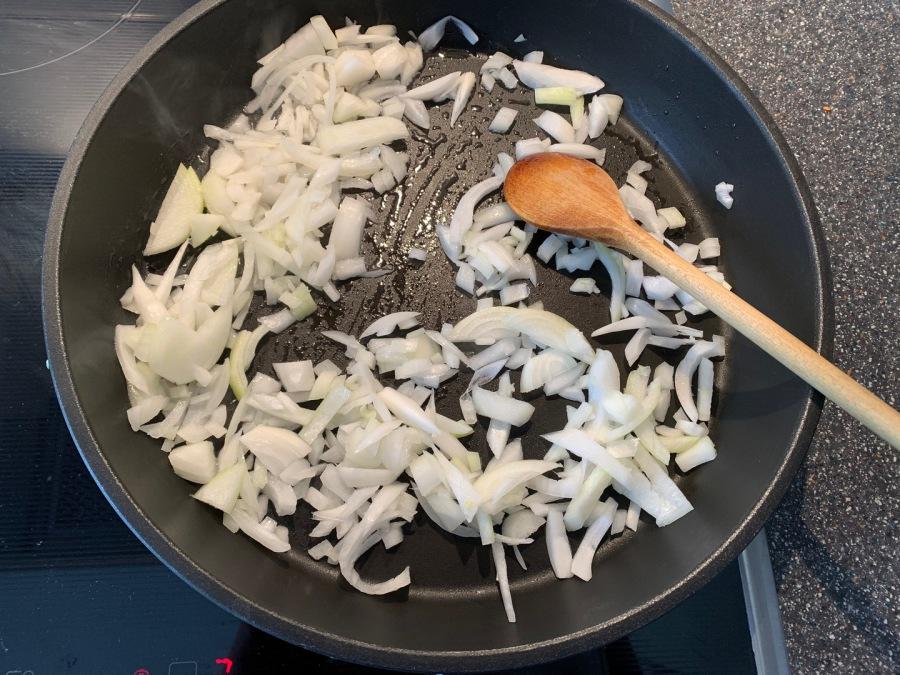 Zwiebeln klein schneiden und anbraten