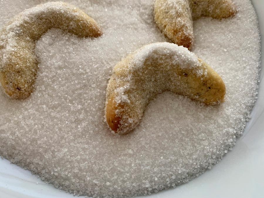 Lauwarme Kipferl in der Zuckermischung wenden