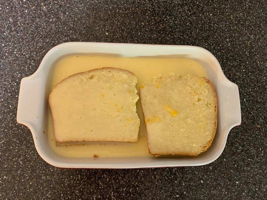 Milch-Ei-Mischung zubereiten und über das Toastbrot gießen. Kurz einweichen lassen