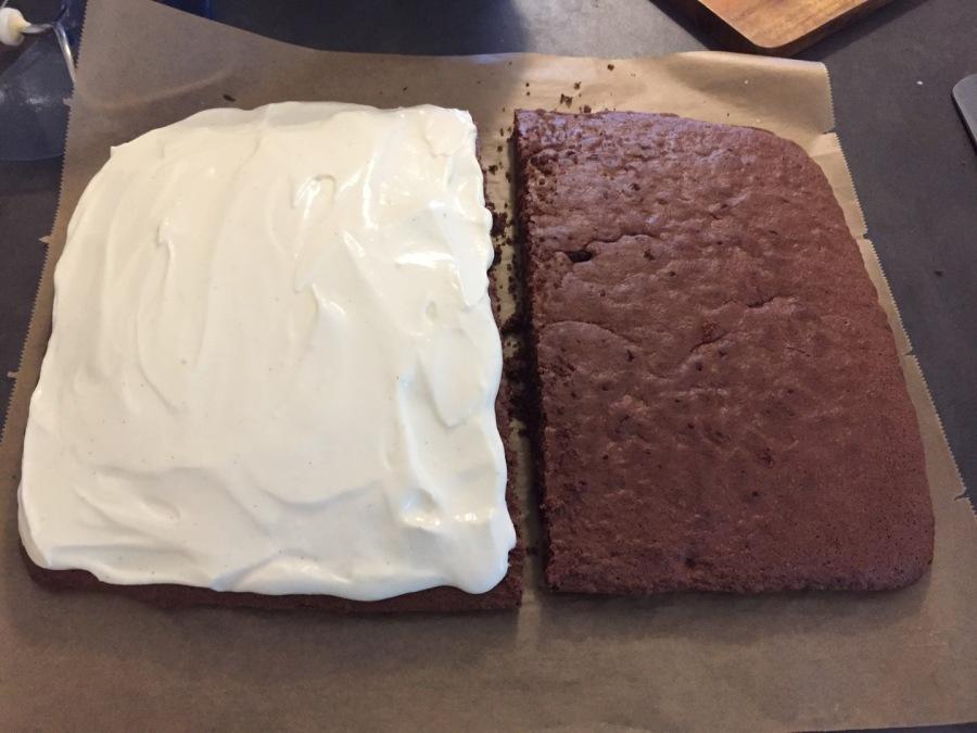 Kuchen halbieren, Creme auf eine Hälfte streichen